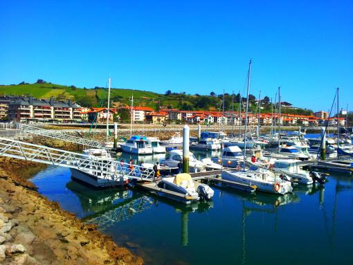 La rampa de acceso al puerto deportivo de Zumaia, donde nos esperaba el barquito..
