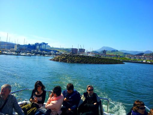 La barca zarpó y fuimos dejando atrás Zumaia. Las aguas estaban tranquilas.