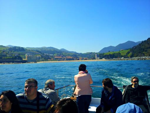 En Deba (al fondo) la barca dio media vuelta.