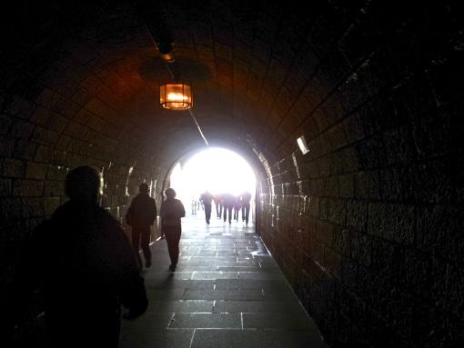 Visitantes entrando al túnel.