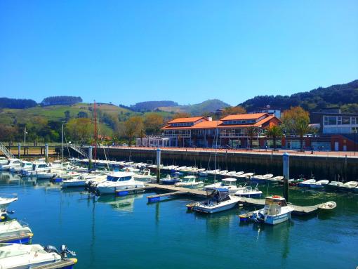El puerto deportivo, el restaurante y centro comercial.