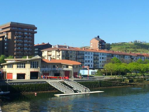 Zumaia tiene una larga tradición remera. La trainera roja San Telmo del club de remo Aita Mari de Zumaia es muy conocida.