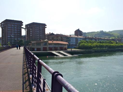 Puente peatonal sobre el río Urola.