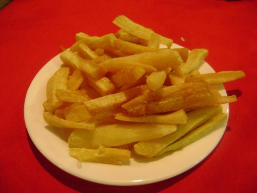 Aunque parecen patatas fritas, son mandiocas.